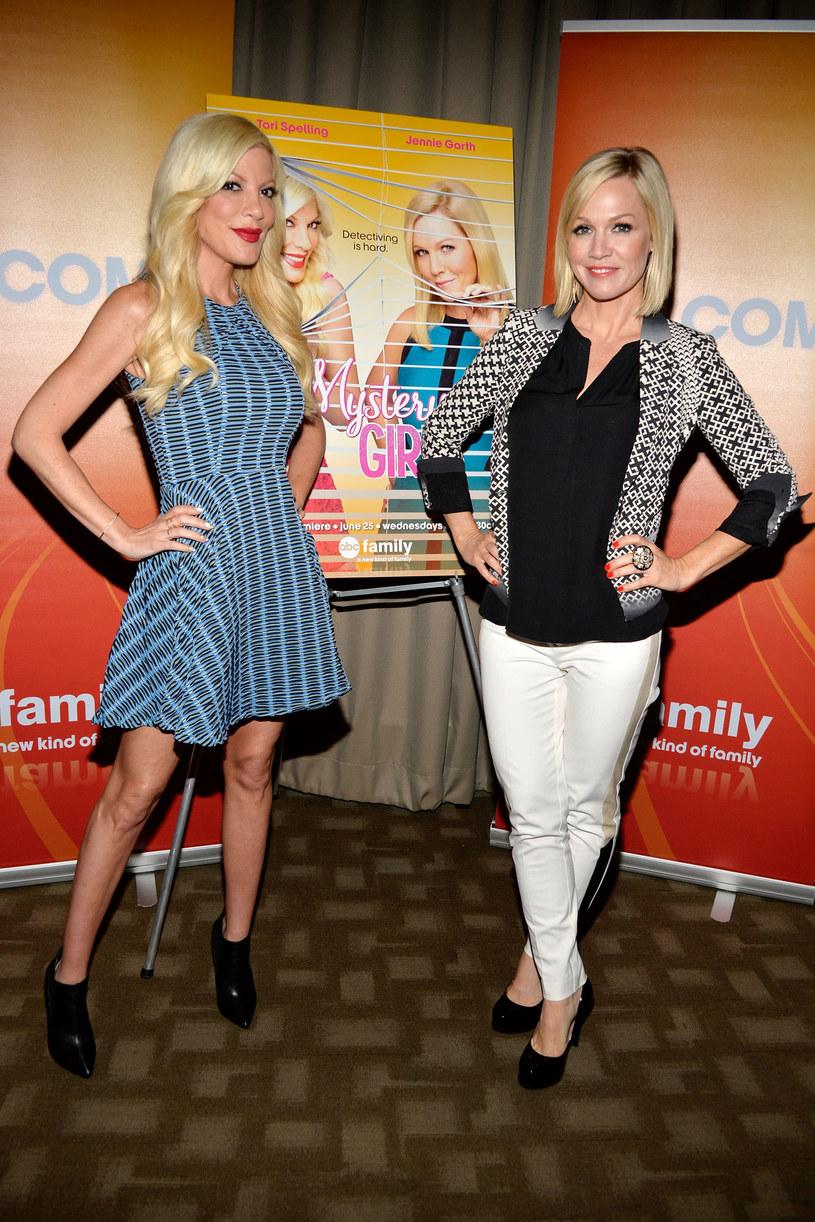 "Tori Spelling i Jennie Garth promują ""Mystery Girls"" /Ben Gabbe /Getty Images"
