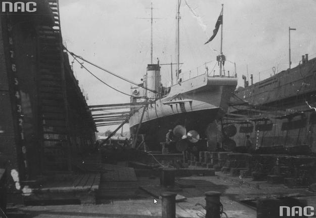"""Torpedowiec ORP """"Kujawiak"""" w doku w porcie gdyńskim /Z archiwum Narodowego Archiwum Cyfrowego"""