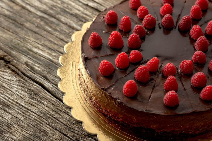 Tort cesarski czekoladowy /123RF/PICSEL