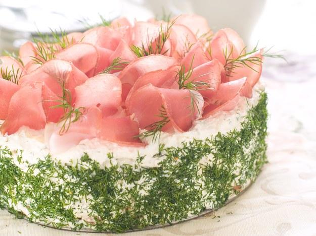 Tort serowy z szynką /123/RF PICSEL