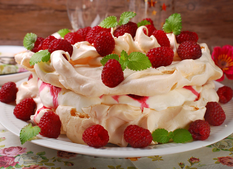 Tort udekoruj owocami /©123RF/PICSEL