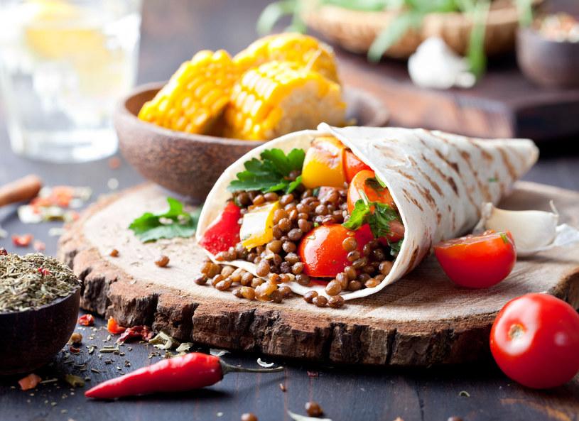 Tortilla z grillowanymi warzywami i cieciorką /123/RF PICSEL /123RF/PICSEL