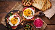 Tosty z buraczanym hummusem i jajkiem