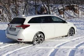 Toyota Auris Hybrid TS na śniegu