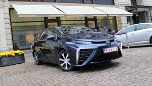 Toyotą Mirai - jak sprawdza się samochód na wodór?