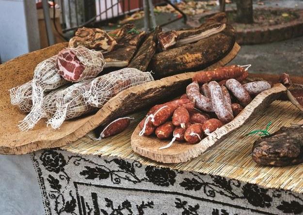 Tradycyjna kuchnia sardyńska to m.in. pieczone mięsa,  kiełbasy i salami. /123/RF PICSEL