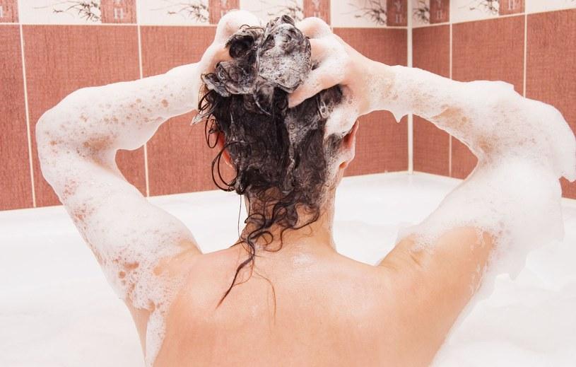 Tradycyjne mycie włosów odchodzi do lamusa /©123RF/PICSEL