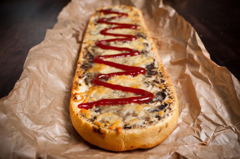 Tradycyjny polski fast food - zapiekanka /©123RF/PICSEL