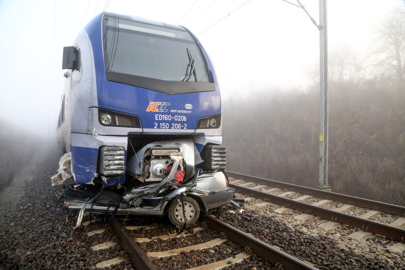 Tragiczny wypadek na przejeździe kolejowym w Piotrkowie Trybunalskim /Grzegorz Michałowski /PAP