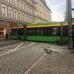 Tramwaj wykoleił się i wjechał w kamienicę w centrum Poznania