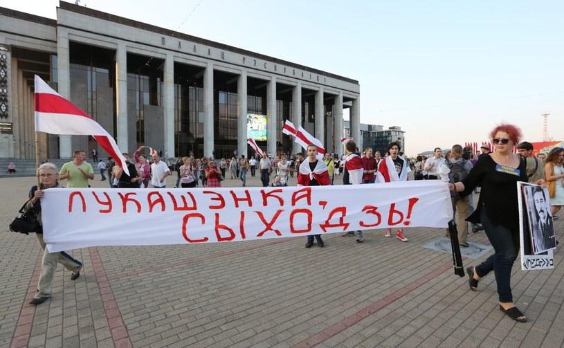"Transparent z napisem ""Łukaszenka, odejdź!"" /TATYANA ZENKOVICH  /PAP/EPA"