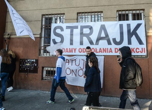 Transparenty informujące o strajku w zespole szkół im. Emiliana Konopczyńskiego w Śródmieściu w Warszawie /Jakub Kamiński   /PAP