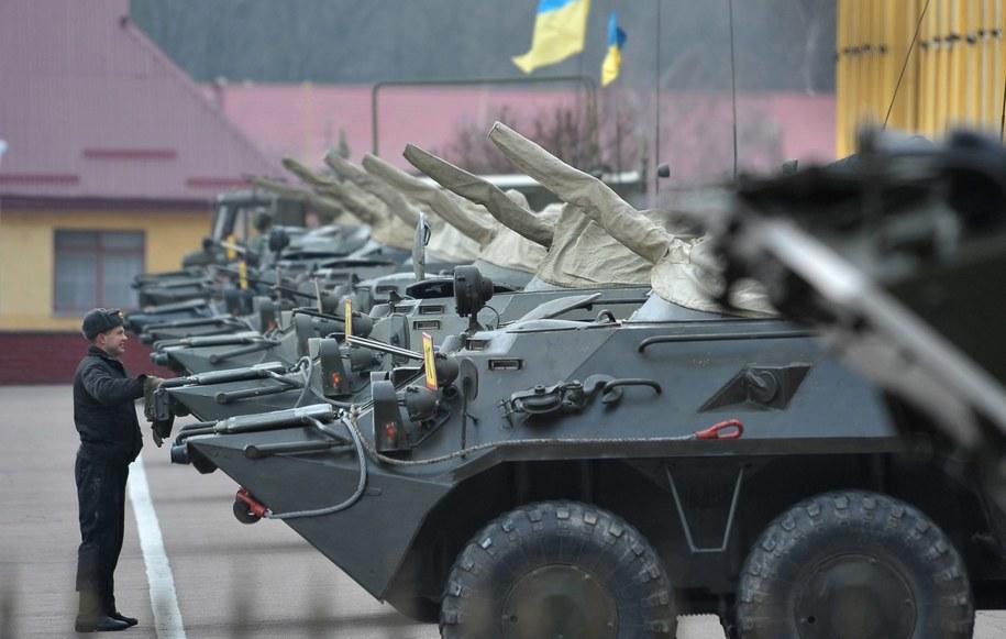 Transportery w bazie wojskowej we Lwowie /IVAN BOBERSKYY /PAP/EPA