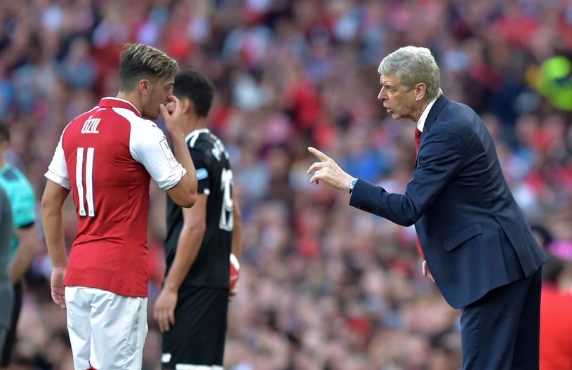 Trener Arsenalu Arsene Wenger i Mesut Oezil /AFP