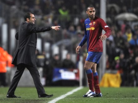 Trener Barcelony Josep Guardiola i Thierry Henry /AFP