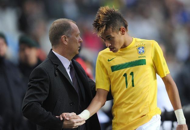 """Trener Brazylii Mano Menezes obok młodego gwiazdora """"Canarinhos"""" Neymara /AFP"""