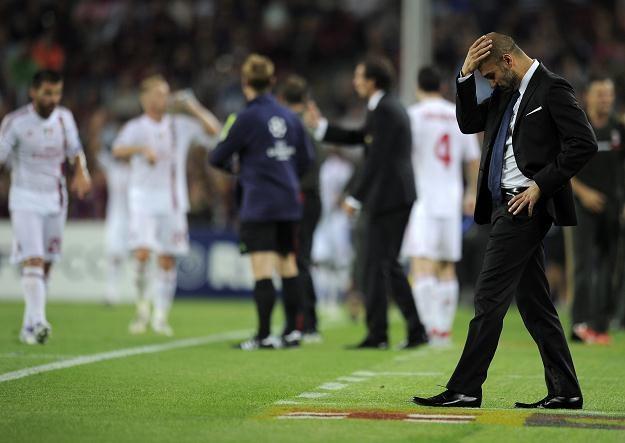 Trener FC Barcelona Pep Guardiola rozczarowany po utracie gola na 2-2 /AFP