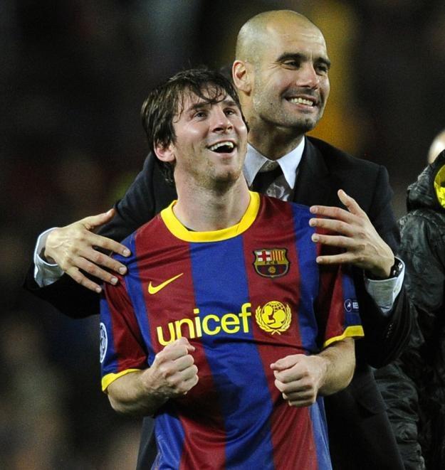 Trener FC Barcelona Pep Guardiola ściska Leo Messiego /AFP