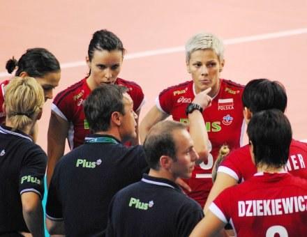 Trener Marco Bonitta przekazuje uwagi polskim siatkarkom /www.fivb.org