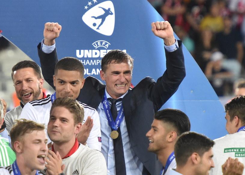 Trener Niemiec Stefan Kuntz triumfuje ze swoimi piłkarzami /Jacek Bednarczyk /PAP