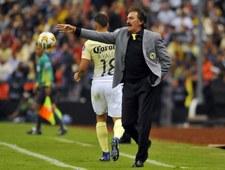 Trener Ricardo La Volpe wyleciał z boiska, bo podstawił nogę piłkarzowi