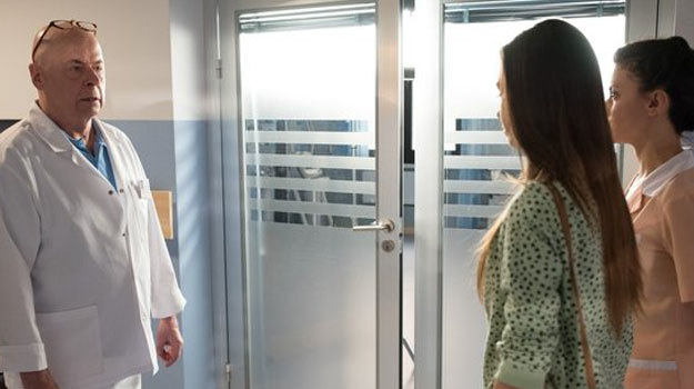 Tretter bacznie przygląda się pracy Blanki w szpitalu. /www.nadobre.tvp.pl/