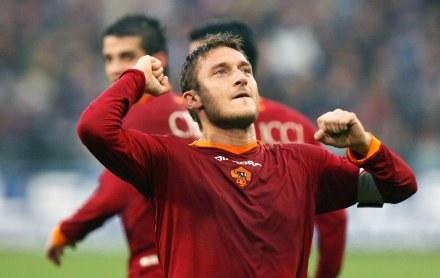Triumfujący Francesco Totti. Sampdoria-Roma 2:4 /AFP