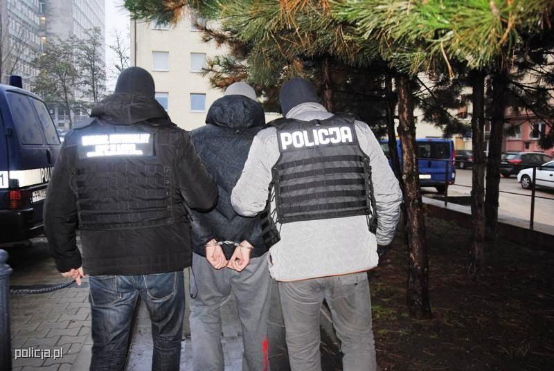Trójce zatrzymanych przedstawiono zarzut udziału w zorganizowanej grupie przestępczej zajmującej się wyłudzaniem mienia znacznej wartości /Policja