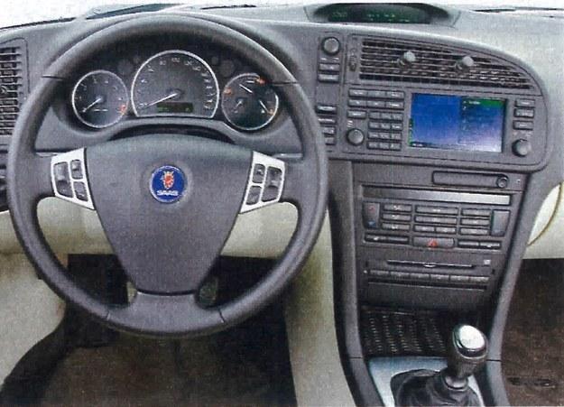 Trudno o bardziej charakterystyczną tablicę przyrządów. Na szczęście ergonomia na tym nie ucierpiała. Także i w tym Saabie stacyjki należy szukać między siedzeniami. /Motor
