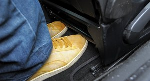 """...trudno też zmieścić stopy pod """"kubełki"""". /Motor"""