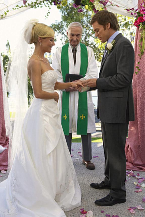 Trudno w to uwierzyć, a jednak – Dexter postanowi ożenić się z piękną Ritą. /materiały prasowe