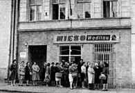Trudności w zaopatrzeniu: kolejka przed sklepem mięsnym, 1947 /Encyklopedia Internautica