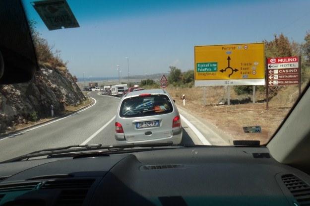 Trudny wybór: jechać prosto,  na Portoroż, czy skręcać w prawo na inne przejście graniczne? /INTERIA.PL