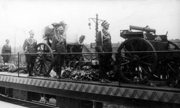 Trumna na platformie pociągu. Widoczni żołnierze pełniący wartę. Z prawej przodek artyleryjski. /Z archiwum Narodowego Archiwum Cyfrowego