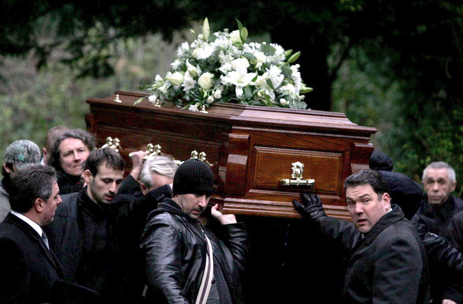 Trumna z ciałem Aleksandra Litwinienki na cmentarzu Highgate w Londynie / CATHAL MCNAUGHTON - POOL    /PAP/EPA