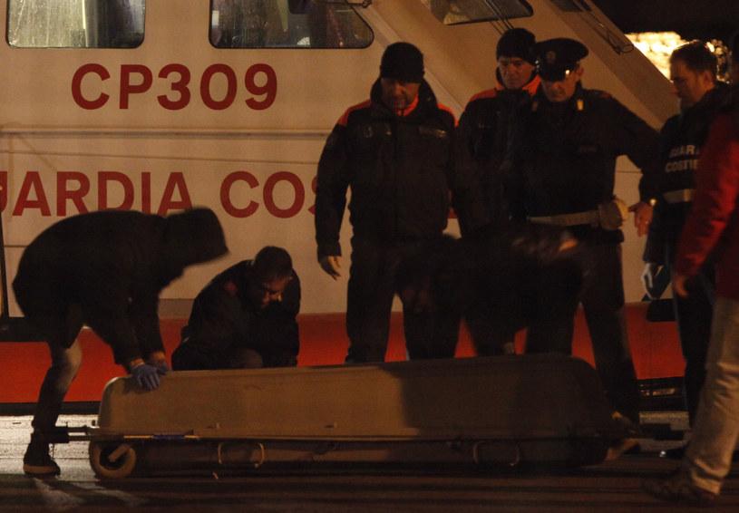 Trumna z ciałem jednego z rozbitków /CARLO HERMANN / AFP /AFP