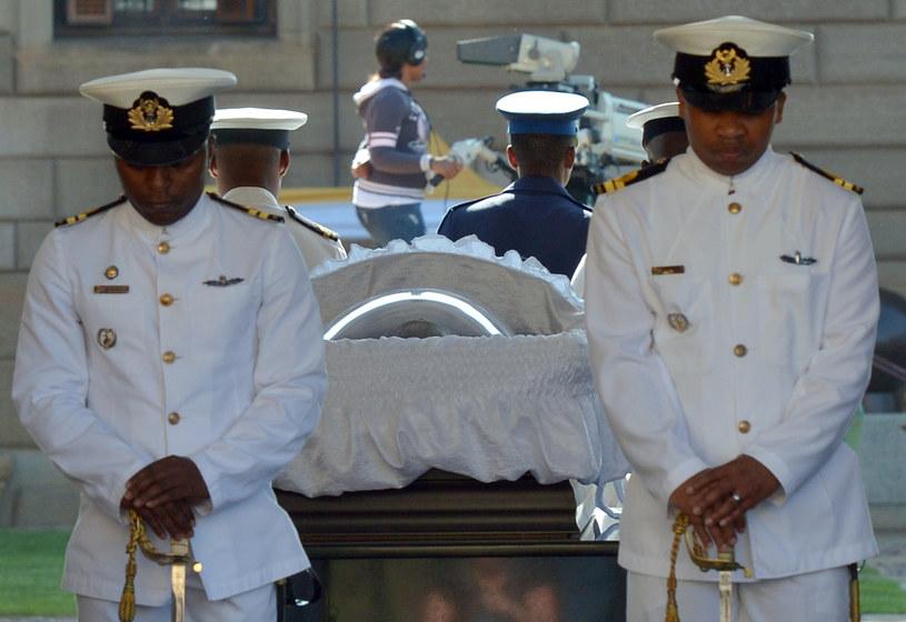 Trumna z ciałem Nelsona Mandeli w Pretorii /AFP