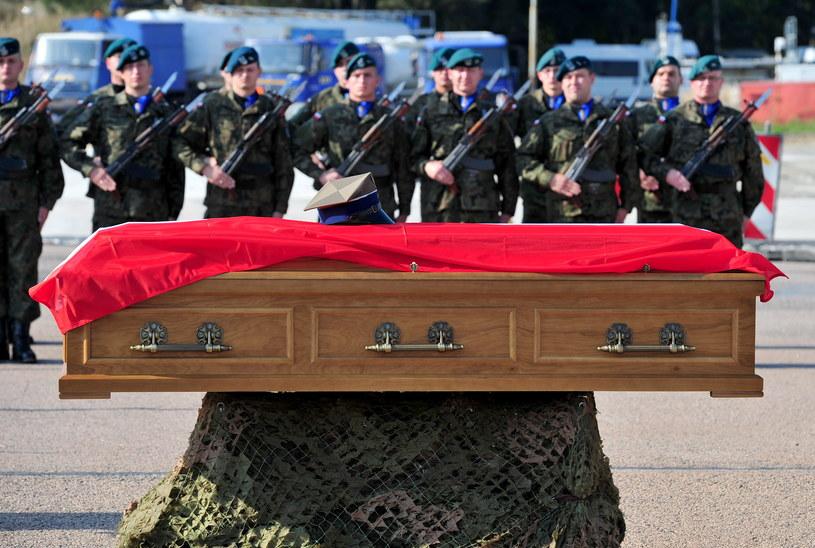 Trumna z ciałem poległego żołnierza /Marcin Bielecki /PAP