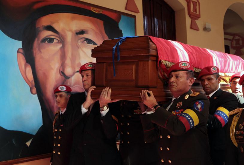 Trumna z ciałem prezydenta Hugo Chaveza /AFP