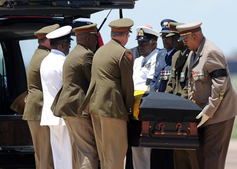 Trumnę z ciałem Mandeli przewieziono w jego rodzinne strony /AFP