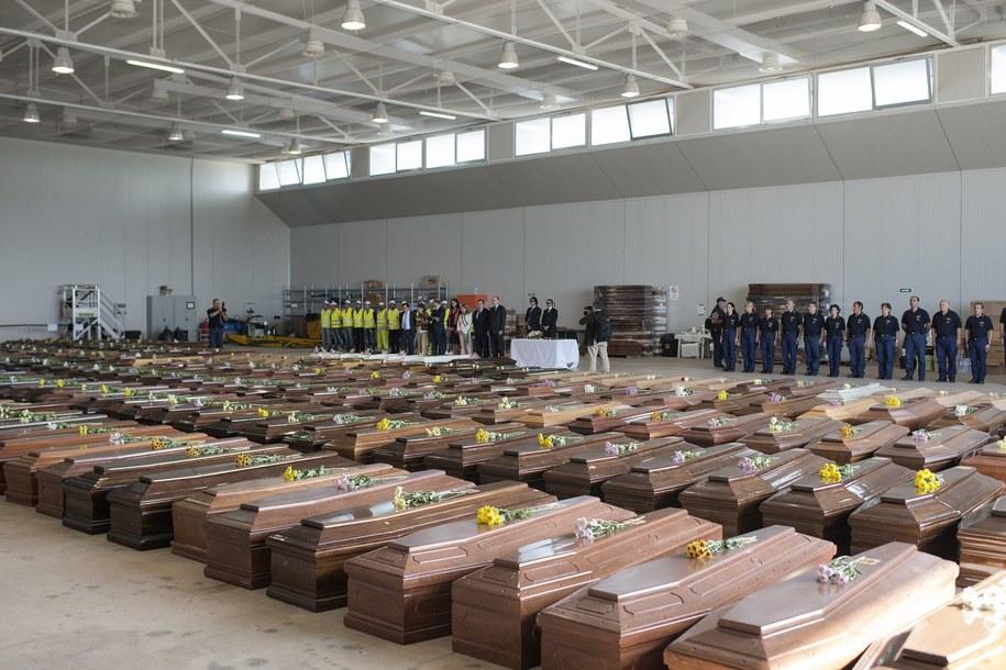 Trumny z ciałami ofiar /ROBERTO SALOMONE / EUROPEAN COMMISSION /PAP/EPA