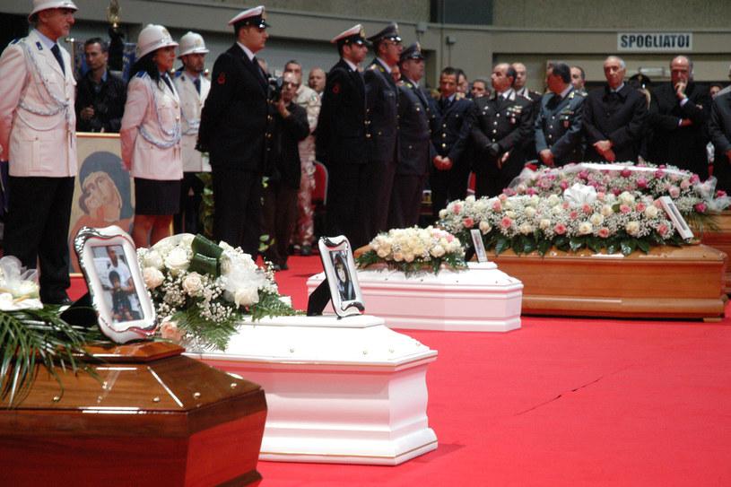 Trumny z ciałami ofiar /AFP