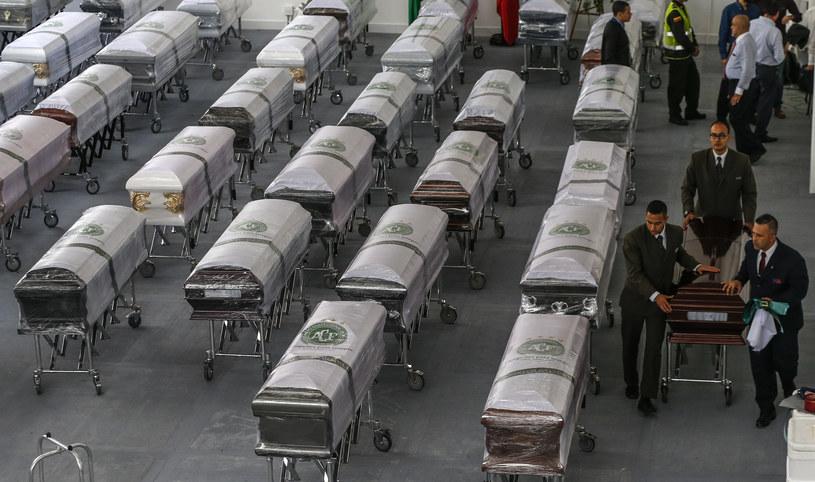 Trumny z ofiarami tragedii /AFP