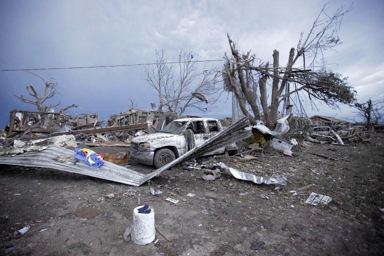 Trwa akcja poszukiwania ofiar wczorajszego tornada /AFP