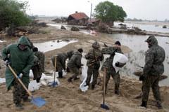 Trwa walka o utrzymanie pękniętego wału koło Sandomierza