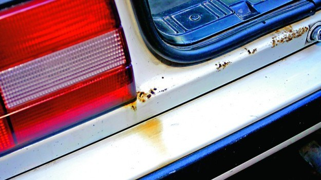 Trwałość efektu usuwania punktowej korozji zależy od jakości oczyszczenia blachy. /Motor