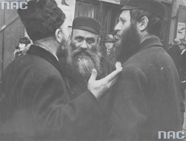 Trzech Żydów w rozmowie na jednej z ulic Warszawy /Z archiwum Narodowego Archiwum Cyfrowego