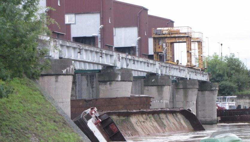 Trzy barki uderzyły w stopień wodny Dąbie