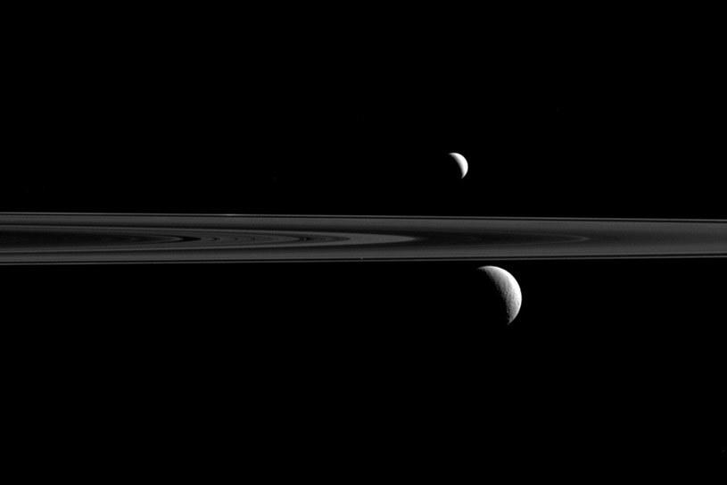 Trzy księżyce Saturna na tle pierścieni /NASA