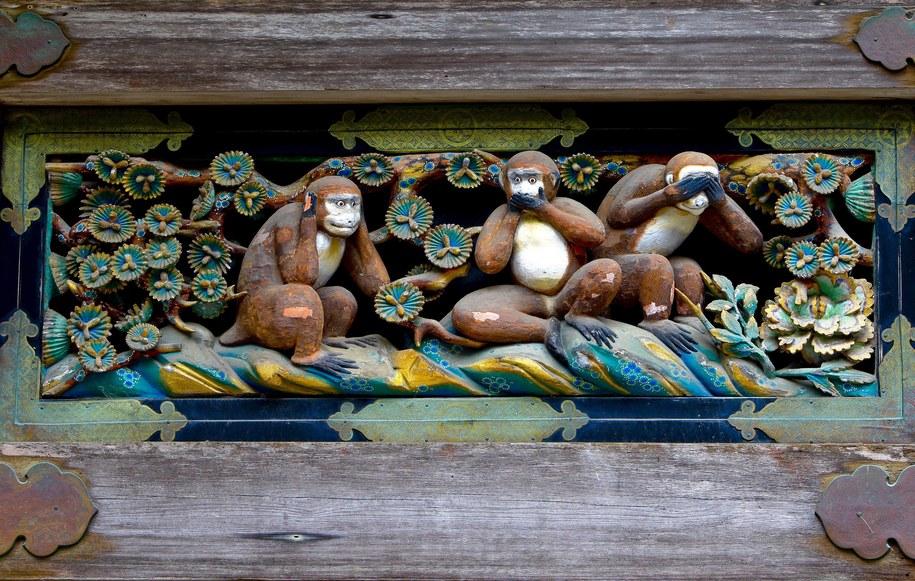 """""""Trzy mądre małpy"""" nad wejściem do stajni w kompleksie chramów Tōshō-gū w Nikkō /DAI KUROKAWA /PAP/EPA"""